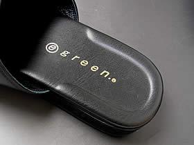 また独自開発されたU字型クッション「かかとピロー」が、スリッパを履いている時に生じる踵の横ズレを防ぎ安定感を保ちます。