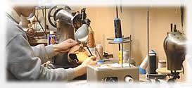 神戸市長田の代表的地場産業といえばケミカルシューズ。その靴のまち長田で靴を知り尽くした職人の手で作られた日本製の商品です。 ケミカルシューズは約100年前、神戸において生まれました。その後、戦後のゴム履物は急成長し、ケミカルシューズは素材の開発、改良、製造技術の改善、そしてファッション性を備えることにより、商品として靴業界に1つの分野を築きました。