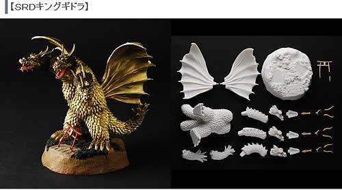 茨木彰氏が語る造形秘話: 初代キングギドラ SRD.VOL2が完成しました。まずは初代ギドラです。ボディーをどっしりとさせ3本の首は太く短く、羽は小さめ、こう造るとなんともかわいい体型のギドラですが顔と見せ場である全身を覆うウロコはリアルに造り込みます。ディオラマベースは地上に降り立ったギドラに破壊される真っ赤な鳥居をモチーフにしましたが、なぜかこのシーンは印象に残るんですね。
