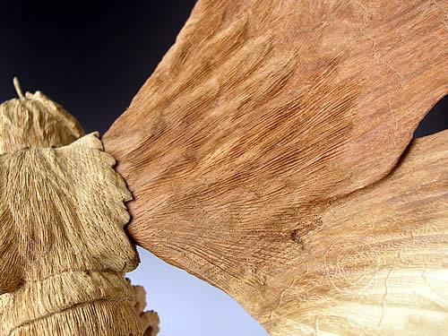 この作品は天然木の高級ケヤキ材を使用しているため限定20体という非常に少ない数量です。美術工芸品として厳選した良材のみがを使用されています。