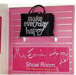 ショールーム入り口のロゴは一際目立つちます