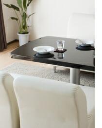 昇降式テーブルとELLEソファー