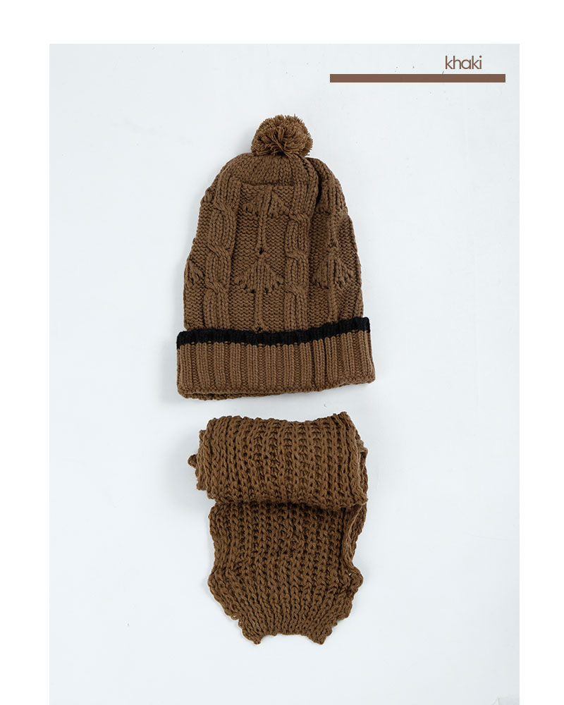 ボンボン付ケーブル編みニット帽