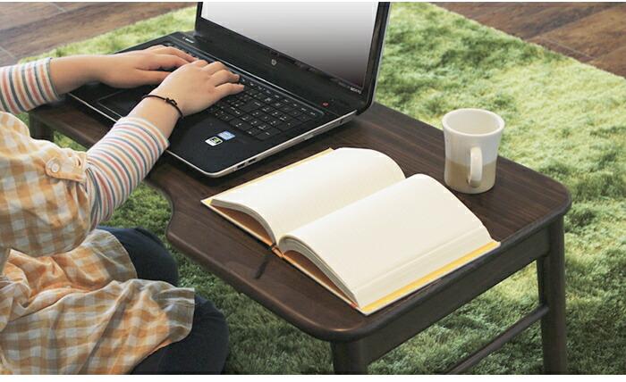 リビングテーブル ノートパソコンを置いても広々余裕があります。読書やインターネットを楽しむセカンドテーブルとしても人気。