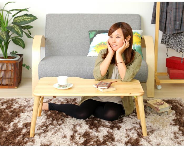 一人暮らしにもおすすめの小さなローテーブル。軽量&コンパクトで、使わないときにはソファの下など省スペースに収納可能