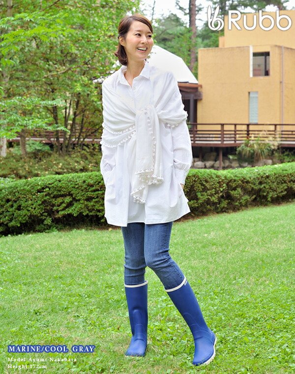 女人穿雨鞋图片