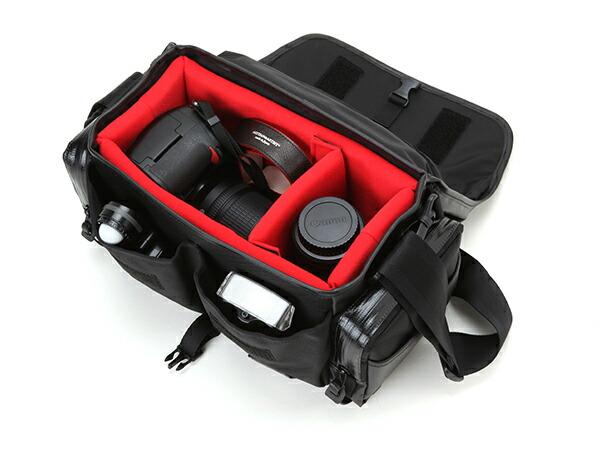 レンズ付一眼レフ(ミドルモデル)+換えレンズ1本を収納するスポーティなカメラバッグ<ウォータープルーフ・ビビッド>