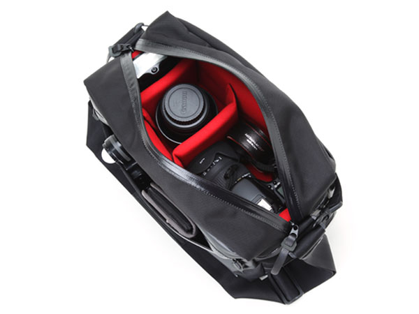 レンズ付一眼+換えレンズ1本を収納するスポーティなカメラバッグ<ウォータープルーフ・ビビッド>