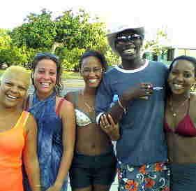 キューバで海水浴。自家製ラムで超ご機嫌!