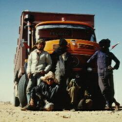 サハラ砂漠縦断★ヒッチしたトラックのトワレグ族の運転手と記念撮影