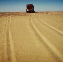 砂漠ではトラックが船だ。たったこれだけ離れるだけでも、すごくビビる。