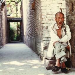 中国西安の路地。外国人禁止宿に闇で泊まる。