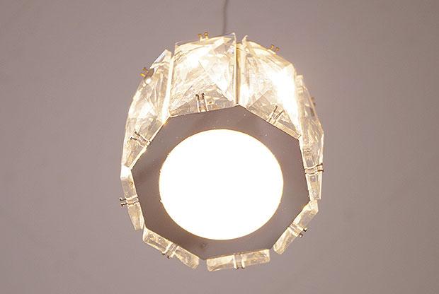 クリスタルガラスが煌びやかなペンダントライト【Glimmer グリマー】です。