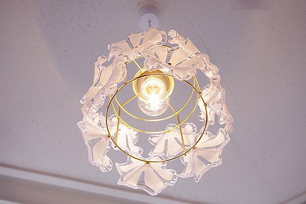 花びらを散りばめた1灯のペンダントライト【Ortensia オルテンシア】です。