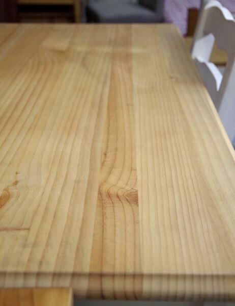 パイン無垢横ハギ材使用のデスク天板