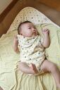 设置的婴儿襁褓婴儿礼物框用奶奶的手钩赃物和阿富汗原始有机棉