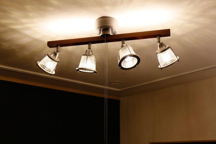 ウッドフレームにLEDが埋め込まれているので天井も照らします