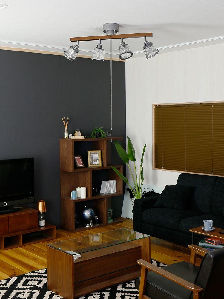 家具をブラウン、ソファやラグをブラックで統一した部屋にハウザーを使用しているイメージ