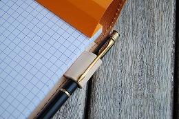 伸縮式のペンホルダーで極細〜多色ペンまで幅広く対応可能(ナチュラル)
