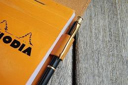 鉛筆・クリップ掛け等の極細〜多色ペンまで幅広く対応の伸縮式ペンホルダー付き