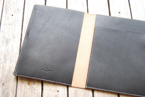 右側にロディアメモポケット(その下も全面ポケット)・左側に手帳差込用ポケット(左右どちらからでも差込できます)
