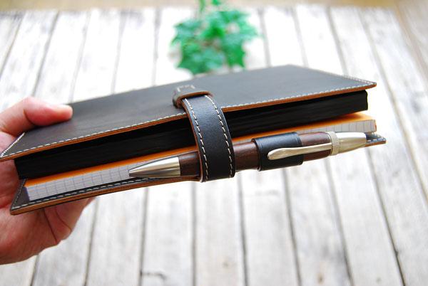 ロディア+厚さ約15mm程度までの手帳が挟めます