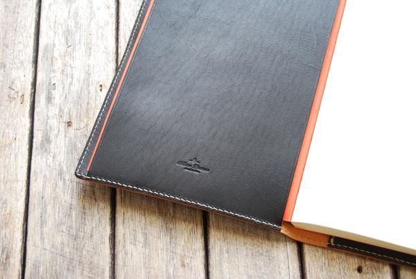 手帳を右から差し込んだ状態(同じく左からも差し込めます)