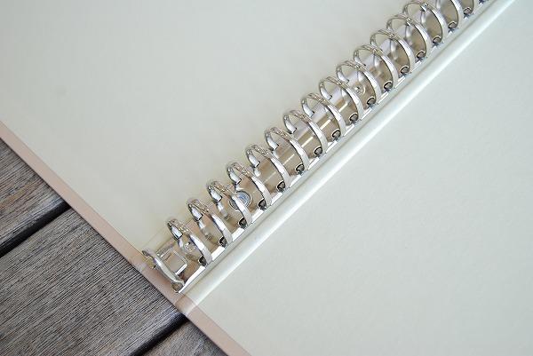 コンパクトで使いやすい内径18ミリの30穴リングバインダーです。