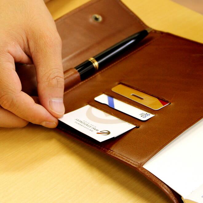 名刺やカードを差し込めるポケットが3つ