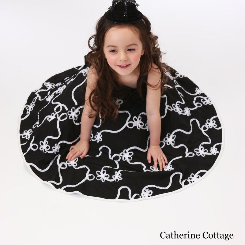 모노톤 아이 드레스를 입은 여자 아이