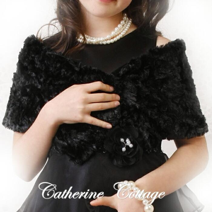 秋冬のおめかしにはファーストール ブラックドレスのコーディネイト例