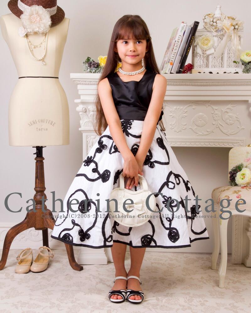 모노톤 테이프 자수 드레스