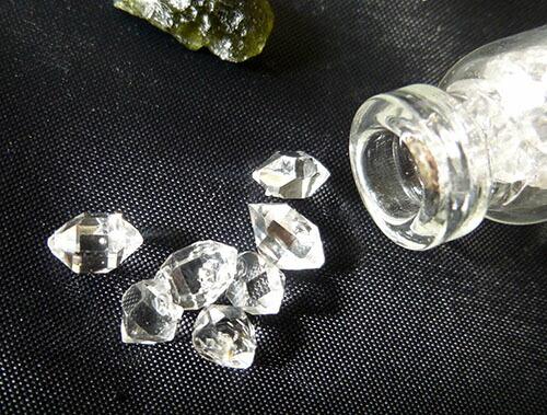 ハーキマーダイヤモンドぎっしりボトルモルダバイトふた付