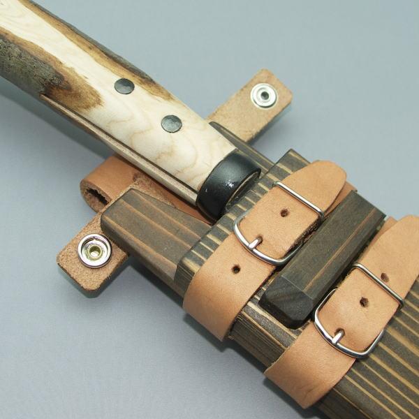 砍刀的照片_不谈在带外柴刀转动在图案拉鍊带背后木鞘和出站短柄小斧照片.