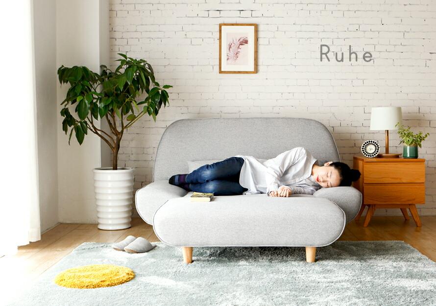ソファの上でゆったりくつろげます