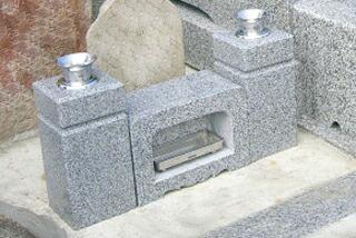 新しい御影石の花立と香炉
