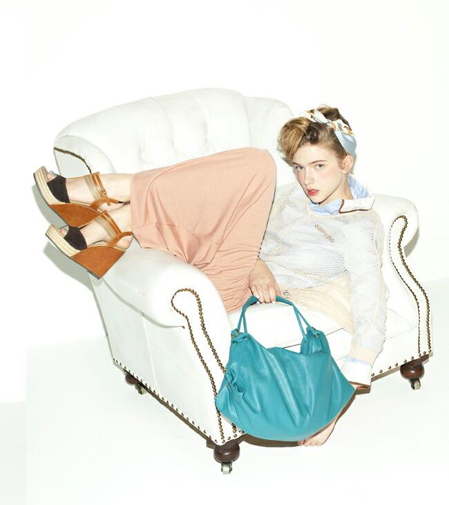 ピンクベージュのスカートが主役の春カラーでまとめた大人のカジュアルスタイル!