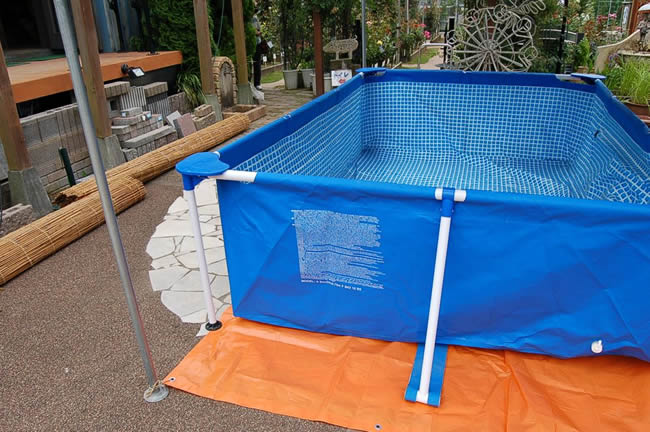 put the first few centimeters of water pool shape such as the expanded slowly stretched out the wrinkles at the bottom