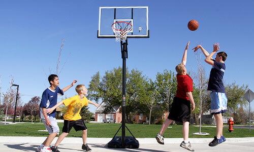 LIFETIMEのバスケットドールで遊ぶ子供