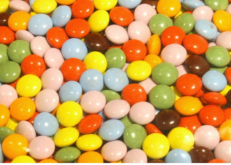 カラフルな可愛いチョコレートです。ケーキ作り、お菓子作りの材料に最適。