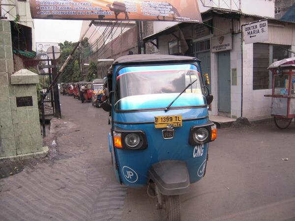 ジャカルタの街の様子 3輪バイク「バジャイ」