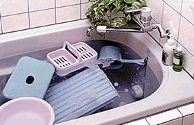 風呂の備品を入れて、一晩漬け置き