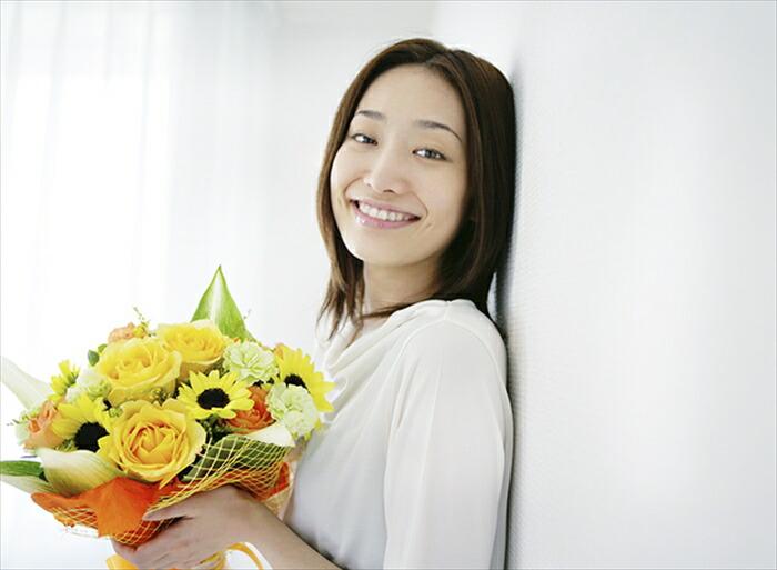 花を女性にプレゼント