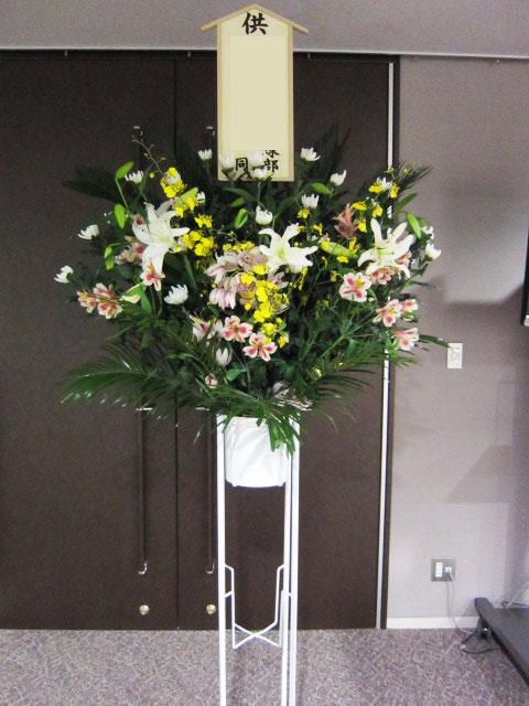 お通夜、お葬式に贈るスタンド花