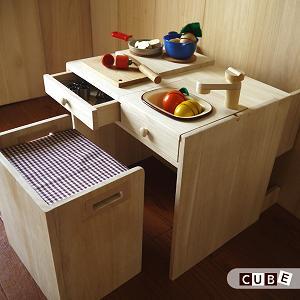 お部屋のインテリアになる洗練されたデザインキッチン。お勉強机にも変身しちゃう!シリーズ サイコロ型のかわいいキッチン「CUBE」