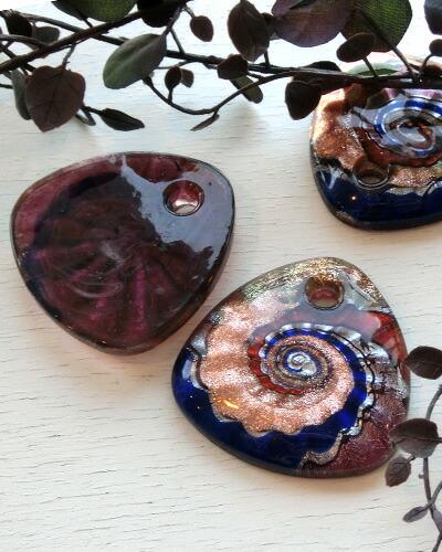 胎圈部位叶, 手工制作的玻璃和旋涡纹 (2 种颜色)