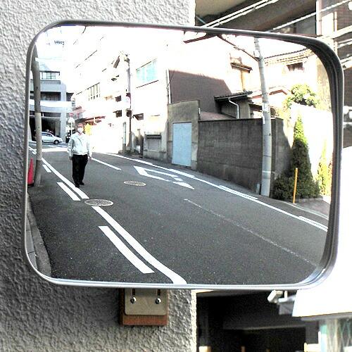 貼り付けるだけの簡単取付けガレージミラー。車庫や駐車場の出入口に安全を。