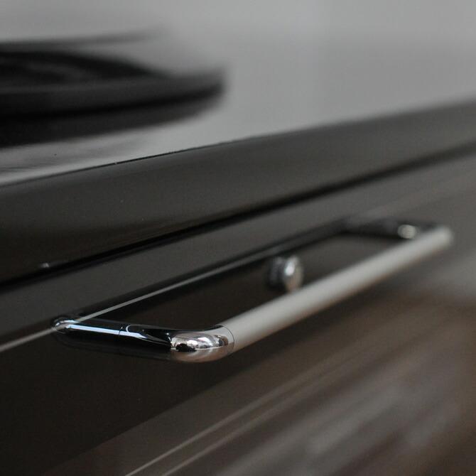ローボードテレビ台 ノエル 幅180cmゆるやかに曲線を描く猫脚デザイン。クロムメッキの取っ手