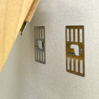 �フック付き壁側金具に引っかけて