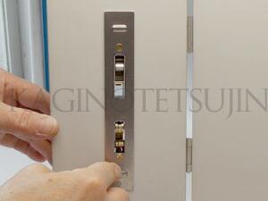 WEST万能引戸錠の室内側の交換5